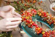 Při tvorbě věnce ze čerstvého materiálu vám ovšem nejlépe poslouží tradiční aranžovací hmota.