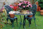Někdy je možné pro zpříjemnění předzahrádky využít i zahradní nábytek, který lze příležitostně zdobit sezonními rostlinami.