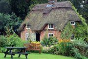 Dům ze 16. století stojí hned u vstupu do zahrady a evokuje náladu starých časů.