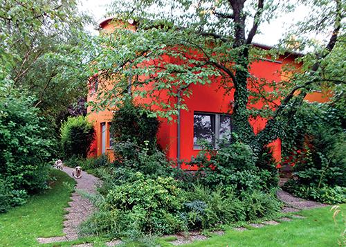 Široké koruny vzrostlých stromů z původní zahrady pomáhají začlenit dům do celkového prostoru.