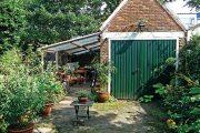 K zahradní práci využívá majitelka přístřešek u zahradního domku.