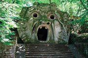 Nejznámější socha parku – Křičící tvář představuje děsivý obličej s pekelnou tlamou. V parném dni poskytuje tlama osvěžující chládek.