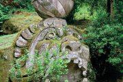 Obří hlava mořské příšery představuje hlavu Protea a zároveň hlavu rybáře Glauca, který se stal po snězení kouzelné byliny vládcem moře.