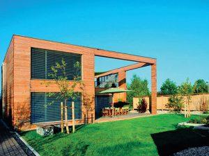 Často je nutné povrchově ošetřit i dřevenou fasádu domu. Na fotografii je sibiřský modřín natřený Osmo UV Ochranným olejem Extra č. 420.
