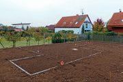 Před každou realizací zahradních úprav je nutné celý pozemek pečlivě odplevelit a odstranit především vytrvalé plevele.
