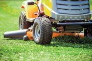 Úpravě trávníku na zahradě nebo v okolí domu je nutné věnovat pravidelnou péči.
