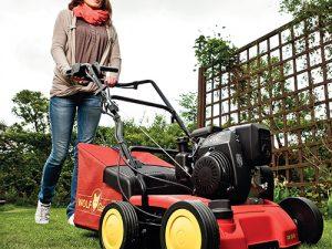 Benzinové vertikutátory jsou určené pro větší a členitější zahrady.