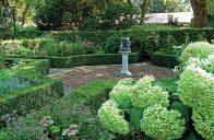 Před restaurací vás přivítá formální zahrada s hortenziemi a stylovými slunečními hodinami.