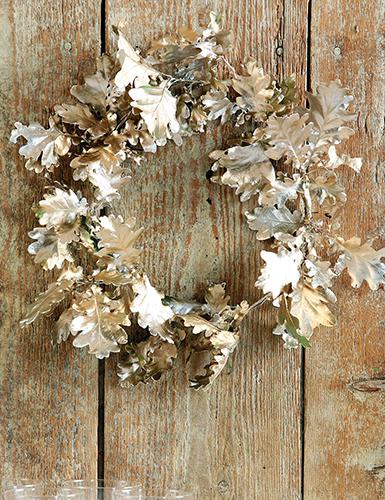 K výrobě tohoto věnce použijte například listy dubu zimního.