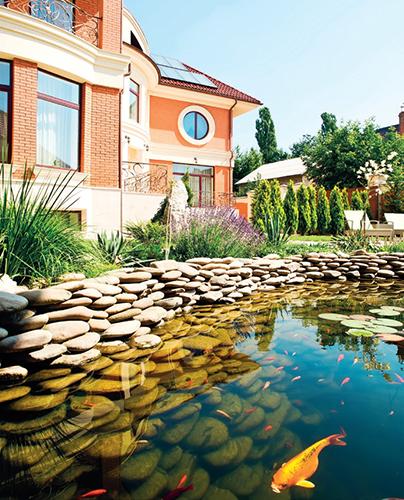 Volba materiálu při stavbě jezírka by měla korespondovat s architekturou domu.