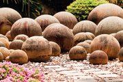 Kamenné koule slouží k dekoraci i jako sluneční past.