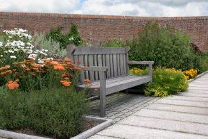 Posezení na zahradě může mít různé podoby.