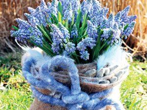 Jednoduché jarní aranžmá z modřenců dotváří nádoba obalená vlněným filcem.