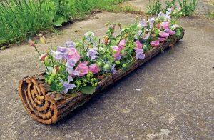 Korýtko z kůry zdobí květy zvonku, hrachoru, orlíčku, kontryhele a dalších rostlin.