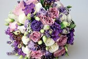 Svatební kytice v lila tónech – růže doplňují levandule, plamenky a plody kaliny.