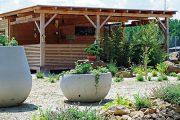 Hned u vstupu do zahradnictví začínají malé ukázky různých zahradních úprav.