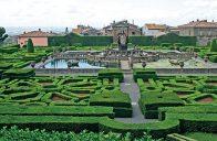 Ve středu formální zahrady se nachází vodní prvek představující moře.
