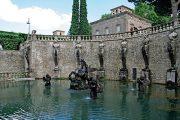 Pegasova fontána je v horní části ohraničená zdí s balustrádou ozdobenou bustami múz.