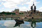 Fontána čtyř Maurů je obklopená čtyřmi rybářskými bazény.
