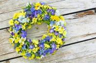 Čerstvé květy nepatří jenom do kytice, skvělou práci odvedou také v jarním věnci.
