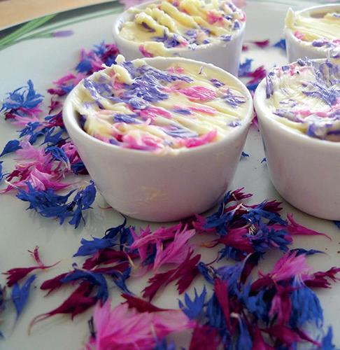 Máslo s barevnými kvítky vydrží v mrazáku i několik týdnů.