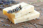 Doma si můžete vytvořit třeba bylinné mýdlo.