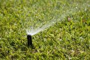 Před hnojením a vertikutací zprovozněte závlahový systém.