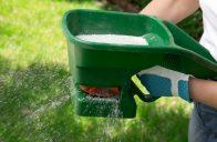 Pro jarní hnojení trávníku použijte hnojivo určené přímo pro toto období.