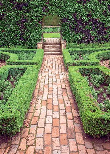 Cihly vypadají na zahradě krásně, nejsou však příliš trvanlivé. Využívané jsou zejména v anglických formálních zahradách.