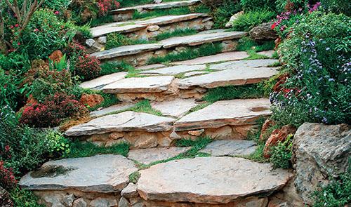 Bezpodmínečně zpevněné musí být zvláště schodiště. Tradičním materiálem je při jeho stavbě kámen, volit můžete například vápenec, břidlici, porfyr či žulu.