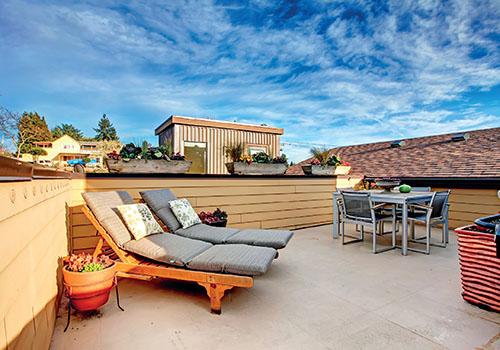 Zahradní nábytek a rostliny vyneste až na čistou a opravenou terasu.