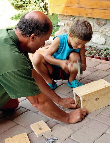 Děti si připraví hřebíky nebo vruty a celou budku nejdříve cvičně sestaví.