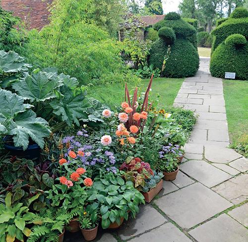 Velké figury vytvořené ze stříhaných tisů se vyskytují v různých částech zahrady a působí jako prvek, který celou zahradu spojuje a sjednocuje.