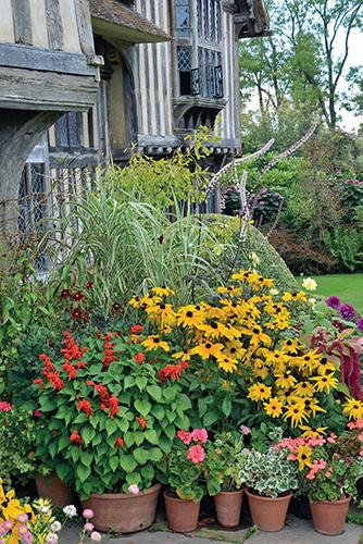 Rostliny v květináčích u vchodu do domu původně vítaly Christophera Lloyda, nyní patří k hlavním atrakcím této staré zahrady.