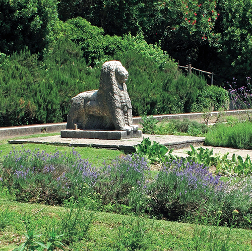 Zahradu léčivých rostlin hlídá lev od sochaře Giuseppe Brigoniho.