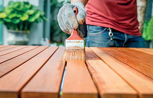 Dřevo není stálá surovina – sluneční záření, déšt, vítr, ale i plísně a škůdci na něj mají negativní vliv.