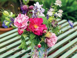Kytička z vlastní zahrady nesmí na stole při rodinném posezení chybět.