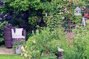 Majitelka zahrady umí dobře zkombinovat staré věci s nově zakoupenými dekoracemi.