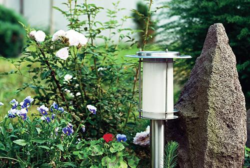 Solární svítidla jsou praktickým a dekorativním prvkem večerní zahrady.