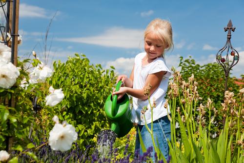 Děti potěší tvorba vlastního květinového záhonku.
