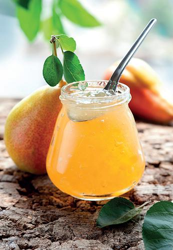 Hruškový džem má rosolovitou konzistenci s pevnými kousky ovoce, kterými se liší od marmelády a povidel.