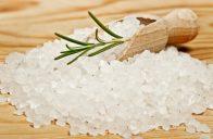 Pro výrobu peelingu se výborně hodí mořská sůl.
