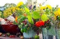 Do nádob zakomponujte poslední květiny,plody zeleniny nebo třeba suché měchýřky mochyně.
