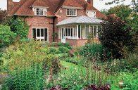 V anglických zahradách vás na první pohled překvapí poměrně málo cest – chodí se tu totiž po trávníku, který funguje jako opravdový zelený koberec. Ten však v našich horkých létech nelze trvale zajistit.