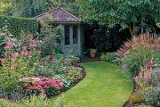 Součástí záhonů jsou rovněž vysoké traviny, jejichž odkvetlé laty společně se semeníky ostatních rostlin přitahují na podzim do zahrady stehlíky a jiné ptáky.