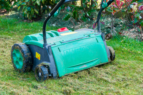 Na větší plochy trávníku použijte vertikutační stroj.