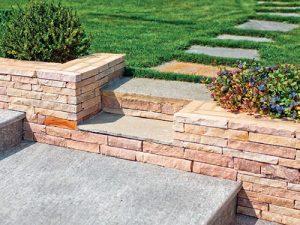 Prefabrikované betonové prvky určené k zakončení zpevněných ploch či záhonů nebo k výškovému rozčlenění terénu jsou v podstatě nezničitelné.