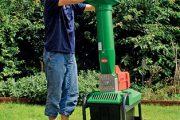 Každý zahrádkář někdy řeší, co s objemnějším zahradním odpadem, jako jsou větve po řezu stromů.