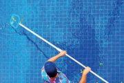 Před úpravou vody odstraňte z bazénu listí a další organické nečistoty.