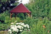 V zahradním altánku se dá v klidu posedět, příjemně relaxovat a pozorovat výrazná kulovitá květenství půvabných hortenzií.